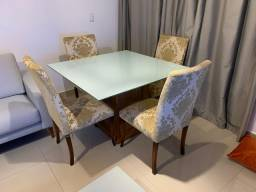 Mesa com jogo de cadeiras