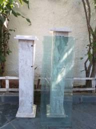 Estante em mármore branco com tampa de vidro.