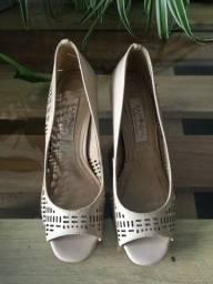 Sapato peep toe verniz nude