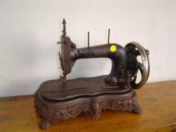 Maquina de costura manual com base em ferro fundido R$ 480,00
