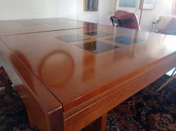 Linda mesa de madeira com design diferenciado