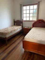 2 camas e 1 criado mudo