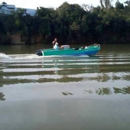 Barco de fibra ideal para pescaria