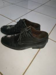 Vendo um sapato social em ótimo Estado com preço negociável