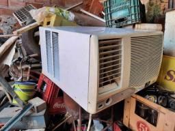Ar condicionado antigo com suporte