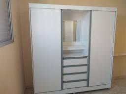 Armário branco com espelho.