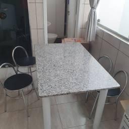 Mesa com quatro banquetas