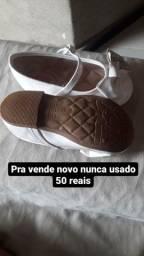 U. Sapato branco da moleca