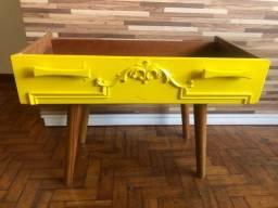 Lindo aparador amarelo com pes palito