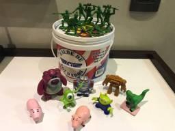 Balde de soldados do Toy Story e outros personagens miniatura