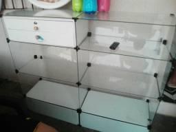 3 espelhos e 1 balcão de vidro