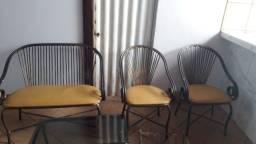 Título do anúncio: Vendo o jogo namoradeira 2 cadeiras uma mesa de centro e um revisteiro