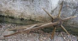 Antigo implemento agrícola de madeira
