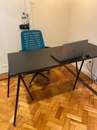 Mesa preta com cavaletes oppa