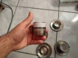 Jogo de café com xícaras de inox e porcelana