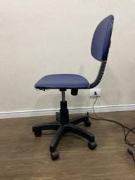 Cadeira estofada em corino base rodízio giratória