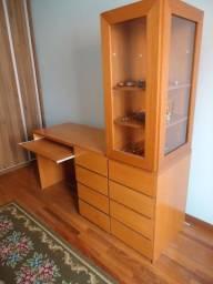 Escrivaninha com gaveteiro e expositor para coleções
