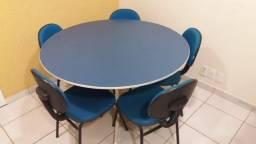 Mesa de reuniões redonda com 5 cadeiras fixas (1:20)