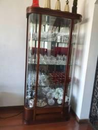 Linda cristaleira de madeira com porta de vidro!
