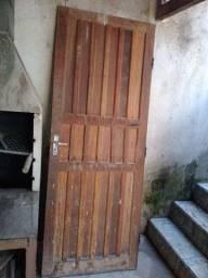 Vendo porta de madeira com chave