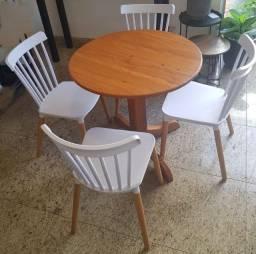 Mesa com 4 cadeiras - super conservadas
