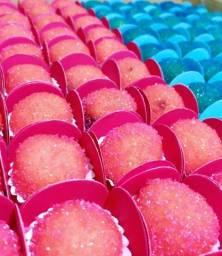 Brigadeiros, doces finos e copos da felicidade