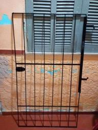 Portão de ferro com trinco