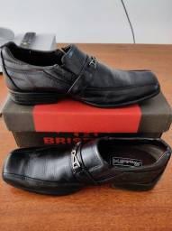 Sapato social infantil na caixa