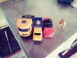 3 carros e um dinosauro