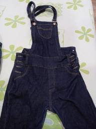 Jardineira e calças jeans