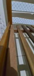 Cama de casal de madeira maciça e colchão