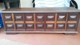 Baú/banco em madeira maciça, com detalhes na frente e laterais. Impecável.