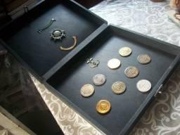 Estojo com diversas medalhas militares antigas