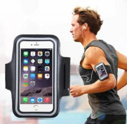Braçadeira com suporte para usar o celular na corrida e na academia