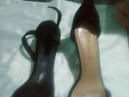 Vendo 2 sandálias uma da bebecee a outra da anjinha