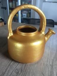 Vaso em forma chaleira dourada