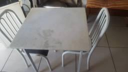 Mesa com dua cadeiras
