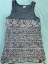 Camiseta de malha feminina canelada com estampa azul manchada