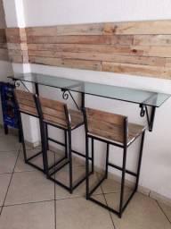 2 bancadas de vidro e 6 bancos bitro de ferro com madeira