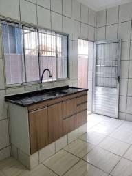 ALUGA-SE casa com 1 quarto, 1 cozinha e 1 banheiro.
