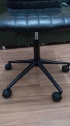 Cadeira giratória em couro ecológico