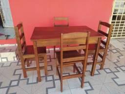 Vendo mesa de madeira com 4 cadeiras conservada. Entrego. *
