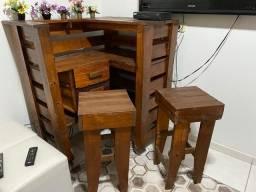 Balcão de madeira com 2 banquetas de madeira