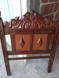 Vende-se uma cama de solteiro madeira pura trabalhada .