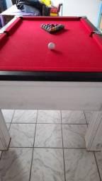 Uma mesa de esnuque pedra de ardósia
