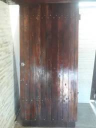 Portão de madeira maciça.