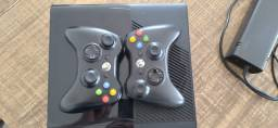 Xbox 360 Slim, semi novo, 2 controles, 3 jogos