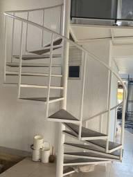 Escada em espiral de madeira e ferro