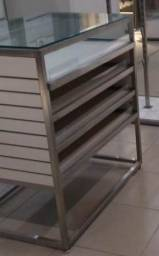 Balcão com tampo de vidro para loja