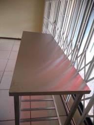 Mesa com tampo em aço inox e estrutura em galvanizado